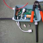 Mit Stecker passt das Ethernet-Kabel nicht durch die Kabeldurchführung. Also muss ein neuer Stecker drauf.