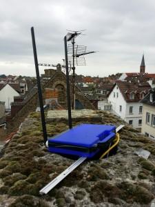 Zwischen Moos und TV-Antennen: The blue box mit Freifunk-Router
